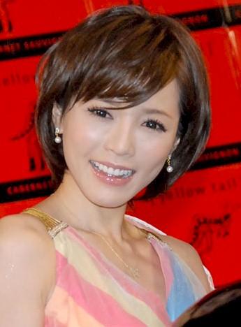 笑顔の釈由美子。